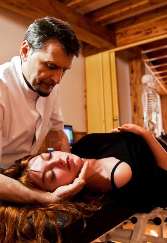 Mónico realiza una manipulación craneal por medio de Osteopatía