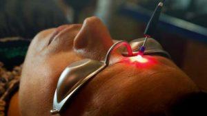Mónico realiza un tratamiento de acupuntura laser. Este método es muy relajante y efectivo.